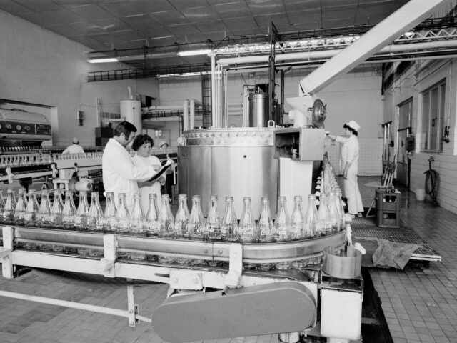 Cesta nápoje Coca-Cola do Československa byla před 50 lety opravdu složitá
