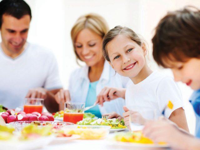 Jezte společně, sejít se u snídaně či večeře může být pro rodinu velmi prospěšný rituál