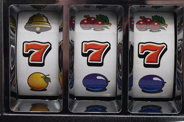 Proč a kde se zrodil výherní automat a co nás nutí hrát?